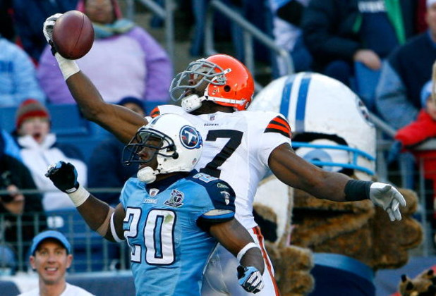 NASHVILLE, TN - DECEMBER 07:  Receiver Braylon Edwards #17 of the Cleveland Browns nearly pulls in this touchdown reception against Nick Harper #20 of the Tennessee Titans during the game on December 7, 2008 at LP Field in Nashville, Tennessee.  (Photo by