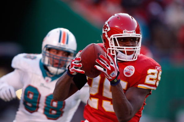 KANSAS CITY, MO - DECEMBER 21:  Jamaal Charles #25 of the Kansas City Chiefs carries the ball during the game against the Miami Dolphins on December 21, 2008 at Arrowhead Stadium in Kansas City, Missouri. (Photo by Jamie Squire/Getty Images)