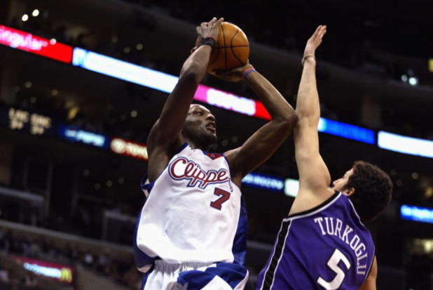 LOS ANGELES - JANUARY 18:   Lamar Odom #7 of the Los Angeles Clippers puts a shot up over Hidayet Turkoglu #5 of the Sacramento Kings on January 18, 2003 at Staples Center in Los Angeles, California. The Clippers won 112-107. NOTE TO USER: User expressly