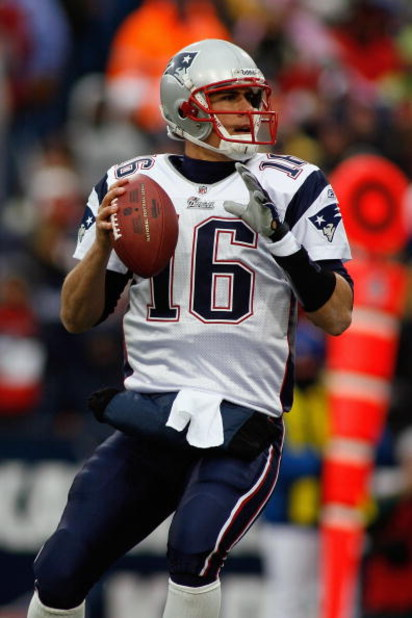 ORCHARD PARK, NY - DECEMBER 28:  Matt Cassel #16 of the New England Patriots looks for a receiver during the game against the Buffalo Bills on December 28, 2008 at Ralph Wilson Stadium in Orchard Park, New York. (Photo by Rick Stewart/Getty Images)