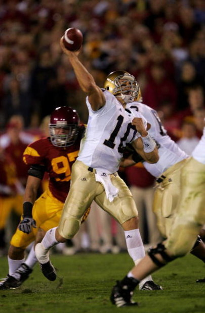 LOS ANGELES - NOVEMBER 25:  Quarterback Brady Quinn #10 of the Notre Dame Fighting Irish throws a pass against the USC Trojans on November 25, 2006 at the Los Angeles Memorial Coliseum in Los Angeles, California.  USC won 44-24.  (Photo by Stephen Dunn/Ge