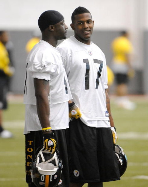 PITTSBURGH - MAY 01:  Third round draft pick Mike Wallace #17 of the Pittsburgh Steelers talks with Santonio Holmes #10 during rookie training at the Pittsburgh Steelers Practice Facility on May 1, 2009 in Pittsburgh, Pennsylvania.  (Photo by Joe Sargent/