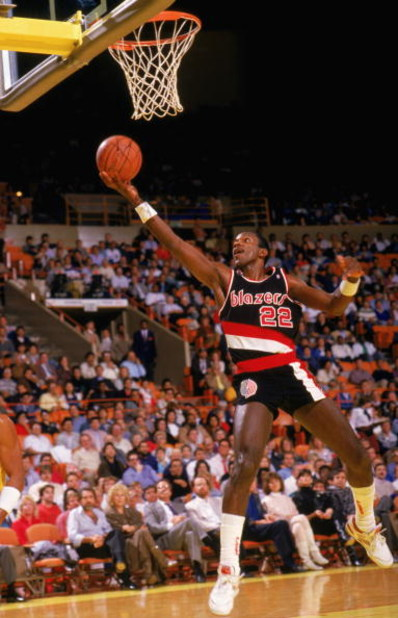 LOS ANGELES - 1987:  Clyde Drexler #22 of the Portland Trail Blazers shoots a layup against the Los Angeles Lakers during the 1987-1988 NBA season game at the Great Western Forum in Los Angeles, California.  (Photo by Mike Powell/Getty Images)