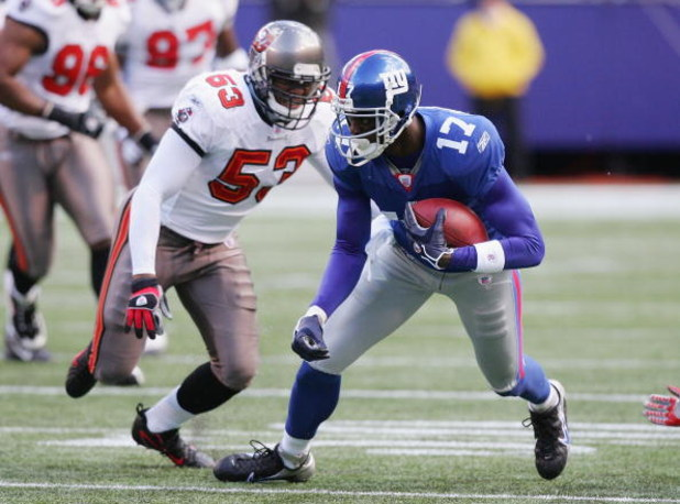 EAST RUTHERFORD, NJ - OCTOBER 29: Plaxico Burress #17 of the New York Giants runs the ball against Shelton Quarles #53 of the Tampa Bay Buccaneers on October 29, 2006 at Giants Stadium in East Rutherford, New Jersey. The Giants defeated the Bucs 17-3. (Ph