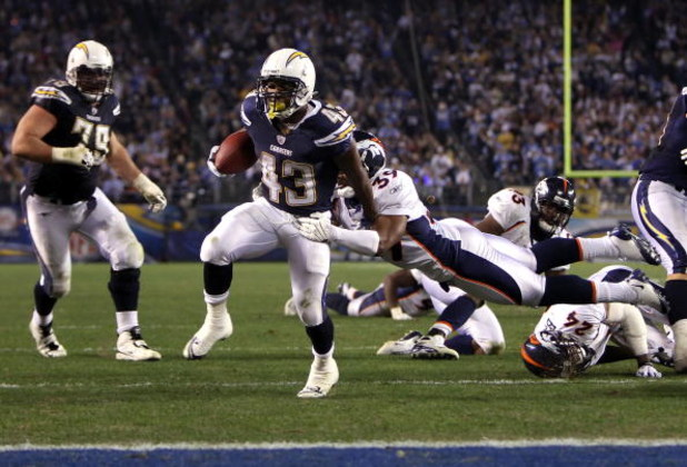 SAN DIEGO - DECEMBER 28:  Runningback Darren Sproles #43 of the San Diego Chargers avoids a tackle from Vernon Fox #39 of the Denver Broncos to score a 13 yard touchdown reception during the third quarter of the NFL game at Qualcomm Stadium on December 28