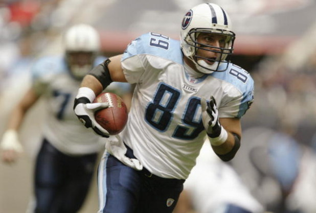 HOUSTON - DECEMBER 21:  Tight end Frank Wycheck #89 of the Tennessee Titans runs the ball during the game against the Houston Texans on December 21, 2003 at Reliant Stadium in Houston, Texas.  The Titans won 27-24.   (Photo by Brian Bahr/Getty Images)