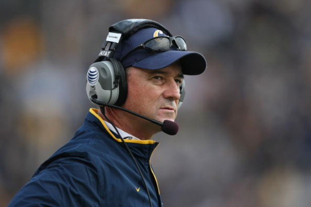 BERKELEY, CA - SEPTEMBER 22:  Head coach Jeff Tedford of the California Golden Bears looks on against the Arizona Wildcats during an NCAA football game at Memorial Stadium September 22, 2007 in Berkeley, California.  (Photo by Jed Jacobsohn/Getty Images)