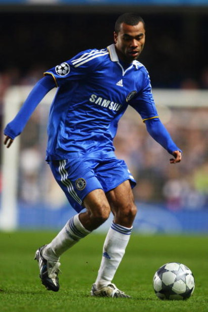 LONDON - DECEMBER 09:  Ashley Cole of Chelsea runs with the ball during the UEFA Champions League Group A match between Chelsea and CFR Cluj - Napoca at Stamford Bridge on December 9, 2008 in London, England.  (Photo by Phil Cole/Getty Images)