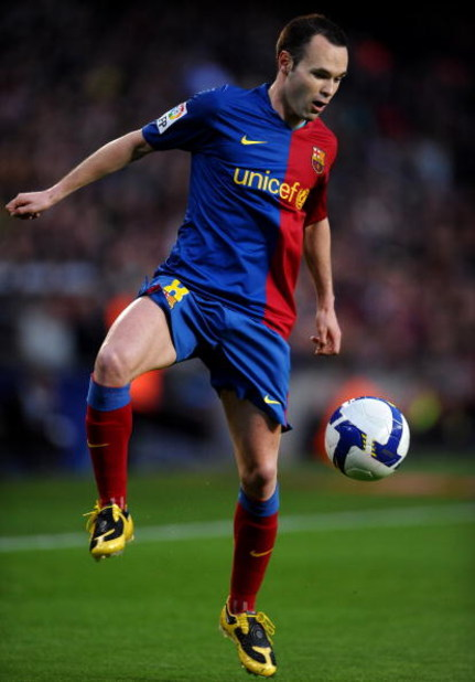 BARCELONA, SPAIN - APRIL 11:  Andres Iniesta of Barcelona controls the ball during the La Liga match between Barcelona and  Recreativo Huelva at the Camp Nou Stadium on April 11, 2009 in Barcelona, Spain. Barcelona won the match 2-0.  (Photo by Jasper Jui