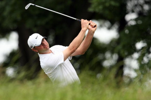 FARMINGDALE, NY - JUNE 22:  Lucas Glover watches his tee shot on the sixth tee during the continuation of the final round of the 109th U.S. Open on the Black Course at Bethpage State Park on June 22, 2009 in Farmingdale, New York.  (Photo by Andy Lyons/Ge