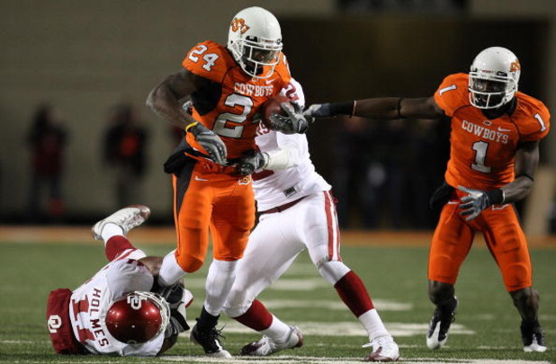 STILLWATER, OK - NOVEMBER 29:  Running back Kendall Hunter #24 of the Oklahoma State Cowboys runs the ball against Lendy Holmes #11 of the Oklahoma Sooners at Boone Pickens Stadium on November 29, 2008 in Stillwater, Oklahoma.  (Photo by Ronald Martinez/G
