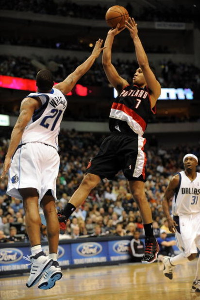 DALLAS - FEBRUARY 04:  Guard Brandon Roy #7 of the Portland Trail Blazers takes a shot against Antoine Wright #21 of the Dallas Mavericks on February 4, 2009 at American Airlines Center in Dallas, Texas.  NOTE TO USER: User expressly acknowledges and agre