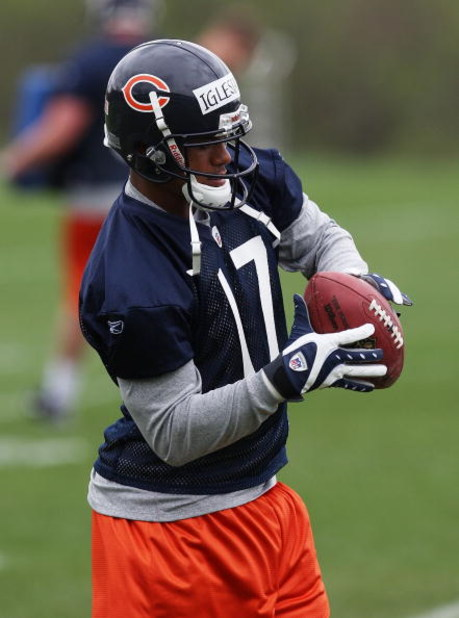 LAKE FOREST, IL - MAY 01: Juaquin Iglesias #17 of the Chicago Bears catches a pass during a rookie mini-camp practice on May 1, 2009 at Halas Hall in Lake Forest, Illinois. (Photo by Jonathan Daniel/Getty Images)
