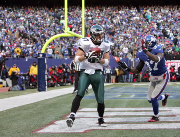 EAST RUTHERFORD, NJ - JANUARY 11:  Brent Celek #87 of the Philadelphia Eagles catches a pass in the end zone during the NFC Divisional Playoff Game against the New York Giants on January 11, 2009 at Giants Stadium in East Rutherford, New Jersey. The Eagle