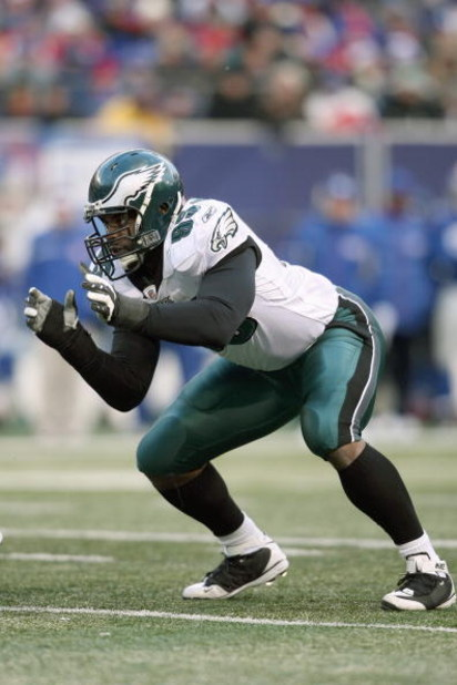 EAST RUTHERFORD, NJ - DECEMBER 7:  Victor Abiamiri #95 of the Philadelphia Eagles gets ready on the line against the New York Giants at Giants Stadium on December 7, 2008 in East Rutherford, New Jersey. (Photo by Nick Laham/Getty Images)