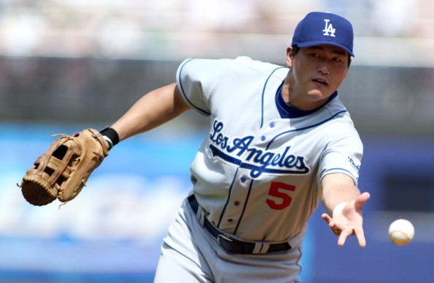 NEW YORK - AUGUST 28:  First baseman Hee-Seop Choi of the Los Angeles Dodgers throws out Todd Zeile #27 of the New York Mets in the first inning on August 28, 2004 at Shea Stadium in New York City. The Dodgers won 4-2. (Photo by Bernie Nunez/Getty Images)