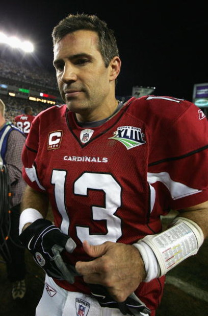 TAMPA, FL - FEBRUARY 01:  Kurt Warner #13 of the Arizona Cardinals walks off of the field after being defeated by the Pittsburgh Steelers in Super Bowl XLIII on February 1, 2009 at Raymond James Stadium in Tampa, Florida. The Steelers won the game by a sc