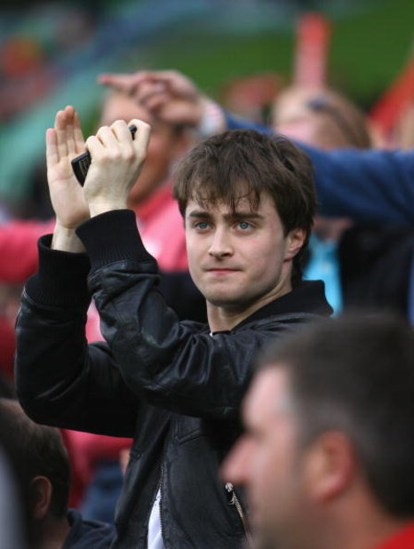 LONDON, ENGLAND - JUNE 07:  Harry Potter actor Daniel Radcliffe cheers on England during the ICC Twenty20 World Cup match between England and Pakistan at The Brit Oval on June 7, 2009 in London, England.  (Photo by Tom Shaw/Getty Images)