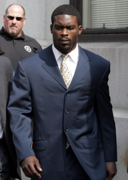 RICHMOND, VA - AUGUST 27:  Atlanta Falcons quarterback Michael Vick (R) leaves federal court August 27, 2007 in Richmond, Viriginia. Vick pleaded guilty to a federal dogfighting charge.  (Photo by Steve Helber-Pool/Getty Images)