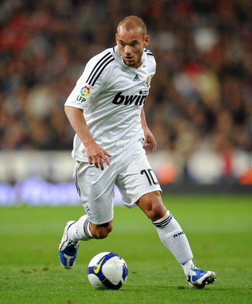 MADRID, SPAIN - FEBRUARY 21:  Wesley Sneijder of Real Madrid runs with the ball during the La Liga match between Real Madrid and Betis at Santiago Bernabeu stadium on February 21, 2009 in Madrid, Spain.  (Photo by Jasper Juinen/Getty Images)