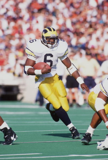 22 Oct 1994: MICHIGAN RUNNING BACK TYRONE WHEATLEY CARRIES THE FOOTBALL DURING THE WOLVERINES 19-14 VICTORY OVER THE ILLINOIS FIGHTING ILLINI AT MEMORIAL STADIUM IN CHAMPAIGN, ILLINOIS.