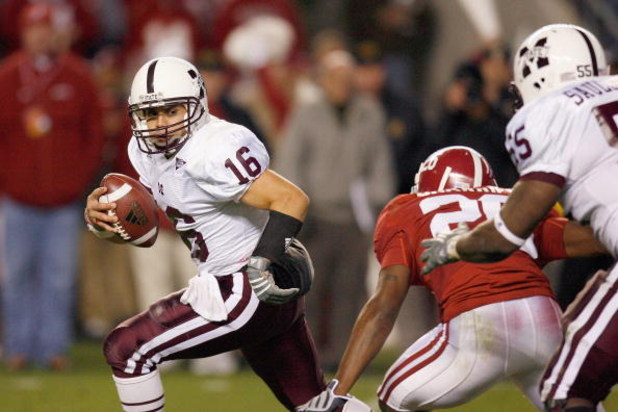 TUSCALOOSA, AL - NOVEMBER 15: Quarterback Tyson Lee #16 of the Mississippi State Bulldogs runs the ball during the game against the Alabama Crimson Tide at Bryant-Denny Stadium on November 15, 2008 in Tuscaloosa, Alabama.  (Photo by Kevin C. Cox/Getty Ima