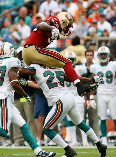 MIAMI - DECEMBER 14:  Tight end Vernon Davis #85 of the San Francisco 49ers tries to hurdle cornerback Will Allen #25 of the Miami Dolphins at Dolphin Stadium on December 14, 2008 in Miami, Florida.  (Photo by Doug Benc/Getty Images)