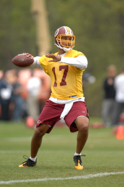 ASHBURN, VA - MAY 1:  Jason Campbell #17 of the Washington Redskins throws a pass during minicamp on May 1, 2009 at Redskins Park in Ashurn, Virginia.   (Photo by Mitchell Layton/Getty Images)