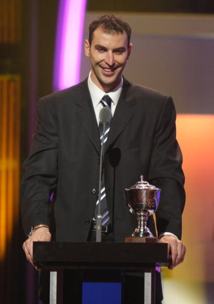LAS VEGAS - JUNE 18:  Zdeno Chara of the Boston Bruins accepts the James Norris Memorial Trophy during the 2009 NHL Awards at The Pearl concert theater at the Palms Casino Resort on June 18, 2009 in Las Vegas, Nevada.  (Photo by Ethan Miller/Getty Images