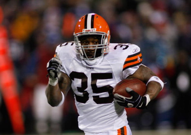 ORCHARD PARK, NY - NOVEMBER 17: Jerome Harrison #35 of the Cleveland Browns runs 72 yards for a touchdown against the Buffalo Bills on November 17, 2008 at Ralph Wilson Stadium in Orchard Park, New York.  (Photo by Rick Stewart/Getty Images)