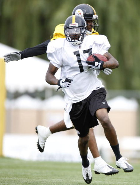 LATROBE, PA - AUGUST 06:  Mike Wallace #17 of the Pittsburgh Steelers runs after making a catch during training camp at St. Vincent College on August 6, 2009 in Latrobe, Pennsylvania.  (Photo by Gregory Shamus/Getty Images)