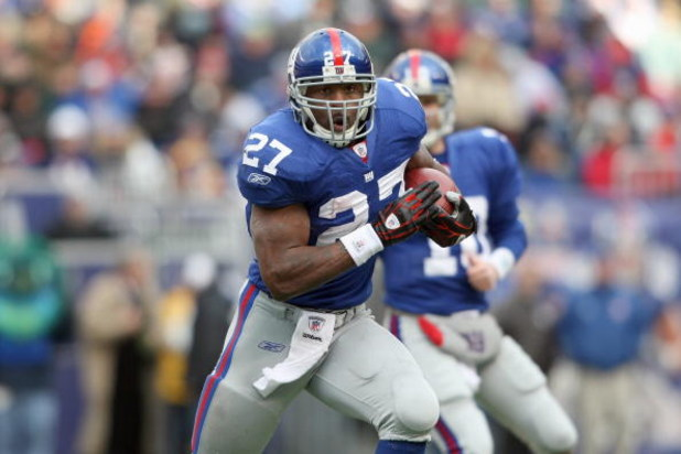 EAST RUTHERFORD, NJ - DECEMBER 7:  Brandon Jacobs #27 of the New York Giants carries the ball against the Philadelphia Eagles at Giants Stadium on December 7, 2008 in East Rutherford, New Jersey. (Photo by Nick Laham/Getty Images)