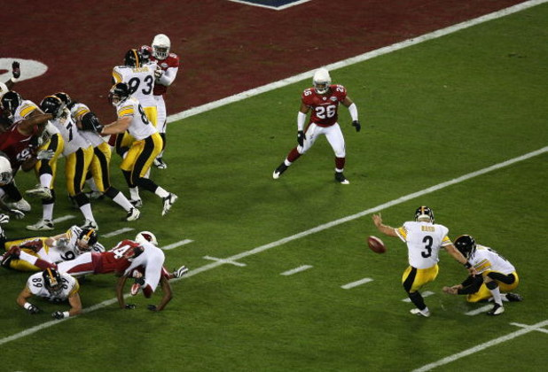 TAMPA, FL - FEBRUARY 01:  Jeff Reed #3 of the Pittsburgh Steelers kicks a field goal in the first quarter during Super Bowl XLIII against the Arizona Cardinals on February 1, 2009 at Raymond James Stadium in Tampa, Florida.  (Photo by Doug Benc/Getty Imag
