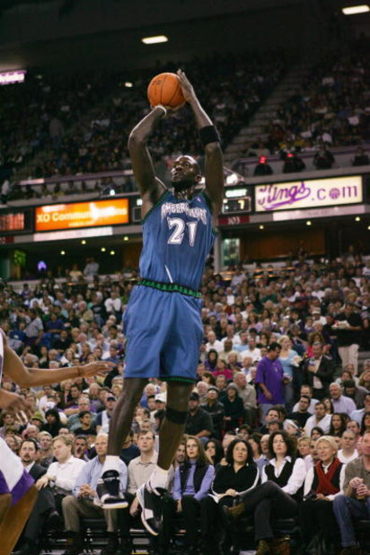 SACRAMENTO, CA - NOVEMBER 6:  Kevin Garnett #21 of the Minnesota Timberwolves shoots a jump shot during a game against the Sacramento Kings at Arco Arena on November 6, 2006 in Sacramento, California.  The Kings won 93-81.  NOTE TO USER: User expressly ac