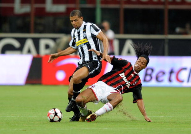 MILAN, ITALY - AUGUST 17:  Ronaldinho of Milan (R) and Felipe Melo of Juventus battel for the ball during the Luigi Berlusconi Trophy match between AC Milan and Juventus FC at Giuseppe Meazza Stadium on August 17, 2009 in Milan, Italy.  (Photo by Claudio
