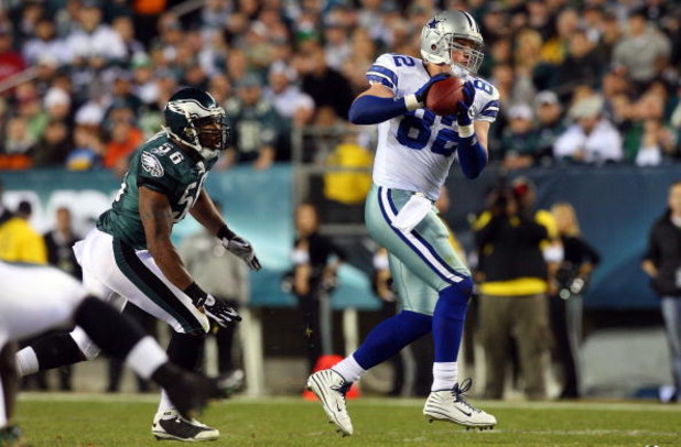 PHILADELPHIA - DECEMBER 28:  Jason Witten #82 of the Dallas Cowboys makes a catch against the Philadelphia Eagles on December 28, 2008 at Lincoln Financial Field in Philadelphia, Pennsylvania.  (Photo by Jim McIsaac/Getty Images)
