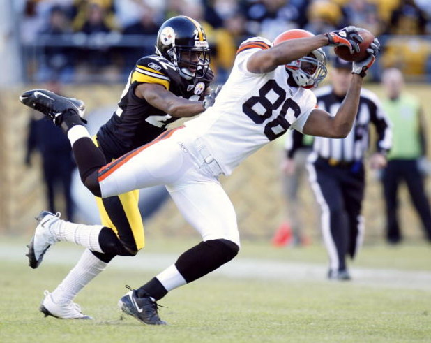 PITTSBURGH - DECEMBER 28:  Martin Rucker #86 of the Cleveland Browns makes a third quarter catch in front of William Gay #22 of the Pittsburgh Steelers at Heinz Field December 28, 2008 in Pittsburgh, Pennsylvania. Pittsburgh won the game 31-0.  (Photo by